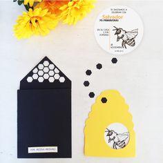 Creamos estas chuladas para al mejor apicultor del mundo #invitacionesdeabejas, también podemos ayudarte a #decorar tu mesa dulce y salada #candybar, etiquetas, contenedores, cajas, etc. Todo lo que necesitas en un solo lugar, tú solamente #idealízate que #DPi se encargará del resto #diseñopapelimpresión #chillibar #snakbar #decoraciondeeventos #mesadulce #mesasalada #cajas #sobres #popotes #caketoppers #conos #cajaspalomeras #abejas  #fiestadeabejas Playing Cards, World, Candy Buffet, Candy Stations, Bees, Tags, Invitations, Paper Envelopes, Playing Card Games