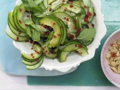 Thai cucumber salad – with peanuts and mint – smarter – Calories: 156 Kcal – Time … - Food and Drink Thai Cucumber Salad, Vegetarian Breakfast Recipes, Yummy Food, Tasty, Cookbook Recipes, The Fresh, Food Inspiration, Salad Recipes, Healthy Recipes