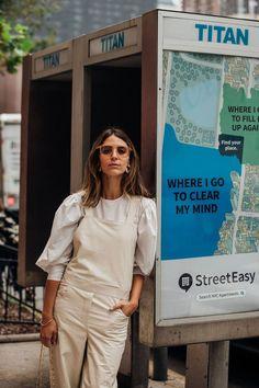 Street Style: New York Fashion Week Primavera Estate 2019 New York Fashion Week Street Style, Street Style Trends, Street Style Summer, Street Look, Cool Street Fashion, Street Style Women, Beige Outfit, Emmanuelle Alt, Plus Size Peplum