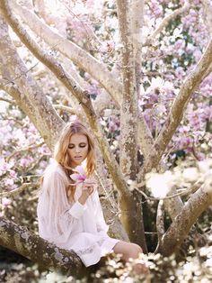 Liz Ham's gorgeous photography via Gala Darling! Boho Chique, Bohemian Style, Bohemian Fashion, Hippy Fashion, Bohemian Clothing, Floral Fashion, Hippie Bohemian, Boho Gypsy, White Fashion