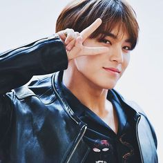 K-Pop boy groups continually gain new fans all over the world. So let us look at the top 10 most handsome, hottest, prettiest, adorable, popular and simply unforgettable K-Pop male idols! Mingyu Seventeen, Seventeen Debut, Carat Seventeen, Hip Hop, Woozi, Jeonghan, Top K Pop, Warner Music, Kim Min Gyu