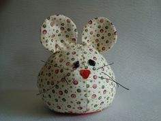 Little mouse. No pattern, but cute idea. Sewing Toys, Sewing Crafts, Sewing Projects, Craft Projects, Felt Crafts, Easter Crafts, Fabric Crafts, Crafts To Sell, Diy And Crafts