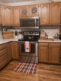 Cheap Home Decor Honey Oak Cabinets, Pine Cabinets, Kitchen Cabinets Decor, Kitchen Flooring, Oak Cabinet Kitchen, Kitchen Ideas, Farmhouse Kitchen Lighting, Country Kitchen, Kb Homes