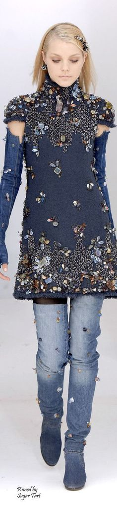 O Jeans do Inverno 2017 - As principais tendências em denim, 70 fotos com… who says you can't go bling with double denim whoever it is alice this new couture fashion look shows they are wrong Chanel Fashion, Denim Fashion, Couture Fashion, Runway Fashion, Womens Fashion, Fashion Trends, Chanel Couture, Fashion Details, Look Fashion