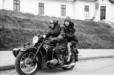 6Bukarest.Motorrad, Mädchen sitzt auf Soziussitz, fahrend