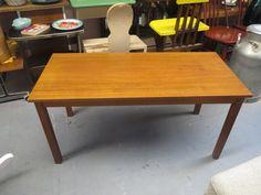 Yksinkertaisen tyylikäs sohvapöytä 60/70-luvulta.  Pinnassa jonkin verran jälkeä, ja yhdessä kulmassa vaurio.  Leveys 110 cm, syvyys 52 cm, korkeus 52 cm.  70 euroa.