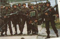 Infantes de marina en Puerto Argentino, varios portan el lanzacohetes M-20, Guerra de Malvinas 1982.