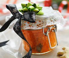 Morotsmarmelad med ingefära och lime är en verkligen häftig och underbart god variant på marmelad. Med morötter, ingefära och lime i marmeladen så blir det en härlig sötsyrlig och färgrik upplevelse.