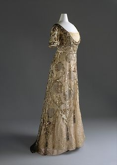 i can imagine how the metal on this cotton and silk french evening dress created a magical effect in the candle light. (callot soeurs - 1910)