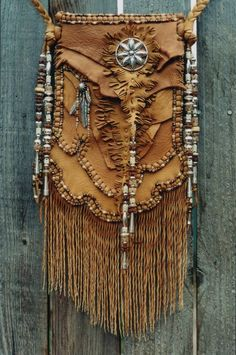 Leather handmade bags by Carole Hook - L' univers de Vanessa D Mode Hippie, Hippie Chic, Hippie Style, Boho Style, Boho Chic, Leather Bags Handmade, Handmade Bags, Leather Craft, Leather Pouch