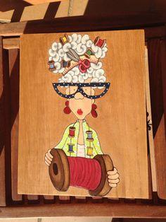 Costurero de madera decorado con Diva