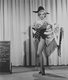 "1953 / Essais costumes pour ""Gentlemen prefer blondes"". (costumes signés William TRAVILLA)."