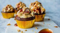 Sjokolademuffins med salt karamell og peanøttkrem Muffins, Salt, Cupcakes, Chocolate, Baking, Breakfast, Desserts, Food, Caramel