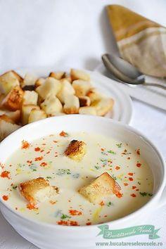 Supa crema de ceapa cu crutoane este una din supele mele preferate. O sa vedeti si voi de ce daca cititi reteta. Combinatia de ceapa , smantana, vin este una din cele mai reusite combinatii. Gustul de ceapa nu se simte. In momentul in care gusti acesta supa crema de ceapa ai impresia ca esti Soup Recipes, Vegetarian Recipes, Cooking Recipes, Healthy Recipes, Romania Food, Baking Bad, Pinterest Recipes, Desert Recipes, Food Design