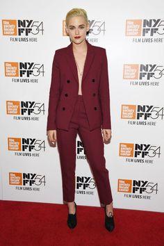 Agora se o seu negócio é ousadia total, faça como Kristen Stewart e adote um visual mega sexy com o blazer semiaberto e sem nada por baixo.