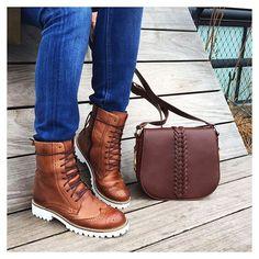 Instagram media santa_lolla - Uma versão chic do coturno rock'n roll e bolsa incrível para encher de charme seu passeio. Bota • R$389,90 | Bolsa R$349,90 • #santalollainv16 #boots #bag