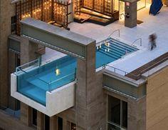 Μία πισίνα σχεδόν αιωρείται στο κενό, στον 8ο όροφο του Joulehotel στο Dallas. Η μία πλευρά της, αυτή στο κενό, είναι διάφανηεπιτρέποντας στους κολυμβητές να βρεθούν κυριολεκτικά πάνω από τοδρόμο.