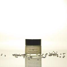 Regenerador, antioxidante, equilibrio, hidratante y crema facial purificante.Textura ligera y suave. Rápida absorción. Ideal para hombres tambien para su rápida absorción y aroma suave.Una crema facial para todo tipo de pieles. Formulado en Suiza, hidrata la piel mientras que el equilibrio y la reparación de la epidermisPreviene el envejecimiento celular gracias a las propiedades de los aceites ricos en vitaminas y minerales como el aceite de macadamia (regenera profunda...