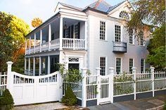 A 1743 Georgian home has been lovingly restored in Charleston's historic district, complete with a lush garden in the back - Traditional Home® Photo: Brie Williams Charleston Historic District, Charleston Gardens, Charleston Style, Charleston Homes, Beautiful Home Gardens, Beautiful Homes, House Beautiful, Georgian Homes, Second Empire