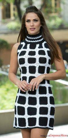 Прекрасное платье связано из черных квадратов которые соединяются белой нитью. Смотрится очень стильно. Размер S/