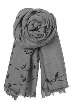 Gorgeous grey scarf - perfect for layering jumpers and tunics Grey Fashion, Minimal Fashion, Winter Fashion, Fashion Outfits, Define Fashion, Style Me, Cool Style, Shabby Look, Grey Scarf