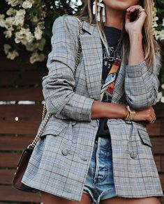 This is one way to elevate your style with a plaid blazer and graphic t-shirt. Look Blazer, Plaid Blazer, Check Blazer, Blazer And T Shirt, Look Fashion, Fashion Outfits, Womens Fashion, Fashion Blogger Style, Blazer Fashion