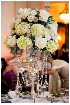 Lusso, magia ed eleganza per un centrotavola di rose e ortensie che brilla tra fili di cristallo