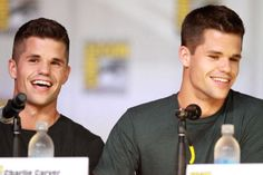 Charlie Carver & Max Carver those cute Teen Wolf werewolf twins. Celebrity Twins, Celebrity List, Hottest Male Celebrities, Famous Celebrities, Celebs, Max And Charlie Carver, Teen Wolf Werewolf, Carver Twins, Teen Wolf Season 5