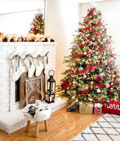 decoration sapin de noel naturel, décoré d ornements en tissu rouge et gris, guirlande de bandes de tissu rouges, cheminée blanche, deco en bougies et pommes de pin, lanternes noires