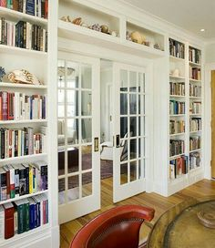 Cozy and stunning home library. Love how the shelves are built around the pocket french doors. although we're eating towards standard french doors. Home Library Design, House Design, Library Ideas, Home Library Decor, Loft Design, Design Design, Design Case, Store Design, Design Elements