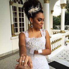Tive um dia de noiva! Com direito a penteado para casamento, vestido de noiva, buquê e jóias.