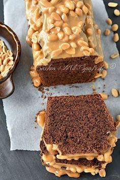 Schokokuchen mit Erdnuss-Karamell - Rezept Chocolate cake with peanut caramel Caramel Recipes, Chocolate Recipes, Chocolate Caramels, Chocolate Cake, Zucchini Cake, Food Cakes, Savoury Cake, Cookies Et Biscuits, Mini Cakes
