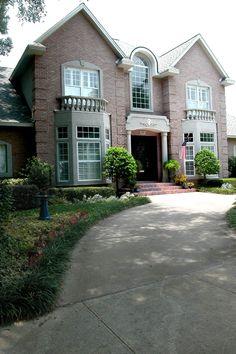 Circle driveway on pinterest circle driveway landscaping for Semi circle driveway designs