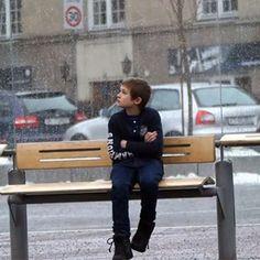Ele está vestido com roupas finas, apesar de ser inverno, e não há mais ninguém por perto para ajudá-lo.