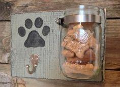 Leuk voor je eigen hondje of voor een ander hondje als geschenk te geven. En ook zeker makkelijk om te maken!  Nodig:  -sterke lijm -hout -verf spullen -een haak (kapstok)(formido) -vaas of pot  -en honden koekjes!!