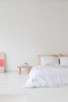 Schlafzimmer Einrichten Minimalistisch Skandinavisch Modern Reduziert Weiß  Holz Farbakzente Bettwäsche Nachttisch Kunst Kissen