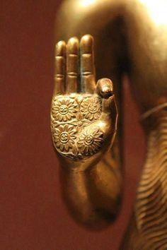 """Main de Bouddha - La Mudrā (devanāgarī : मुद्रा, qui signifie """"signe"""" ou """"sceau"""", en Pali: muddā) est un terme sanskrit qui désigne une position codifiée & symbolique des mains d'une personne (danseur, yogi) ou de la représentation artistique d'un personnage ou d'une divinité. L'origine des mudrās est très ancienne et se rattache à la culture védique."""