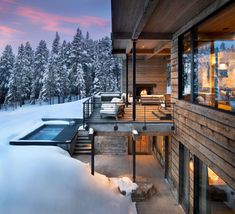 Modern ski home in Montana boasts views of snow-capped mountains This fabulous two-story modern ski home was designed by renowned architectural studio Locati Architects, located in Big Sky, Montana. Mountain Home Exterior, Modern Mountain Home, Mountain Living, Terrasse Design, Chalet Interior, Winter House, Cabin Homes, Cabins In The Woods, Exterior Design