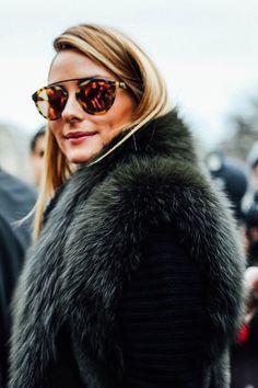 París no se acaba nunca Street Style Alta Costura / Enero de 2016 Elie Saab Valentino / Día 3.  Da igual que se camufle detrás de esas gafas de sol, esos hoyuelos y esa melena perfecta son inconfundibles: Olivia Palermo está en la ciudad. Foto: © Icíar J. Carrasco