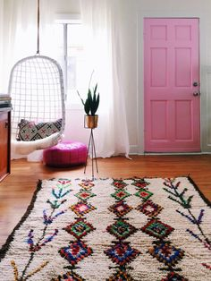 vintage teppiche coco carpets farbiges muster rosa tür hängesessel
