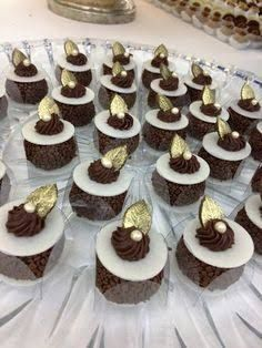 Resultado de imagem para glaçados para casamento Wedding Desserts, Mini Desserts, Gift Box Cakes, Pastry Design, Beautiful Cupcakes, Chewy Chocolate Chip Cookies, Wedding Cakes With Cupcakes, Pretty Cakes, Mini Cakes