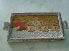 Bandeja em pátina marrom e branco com detalhe de aparelho de chá e maça . www.elo7.com.br/esterartes