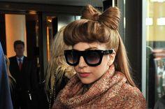 Un hairstyle coi fiocchi. L'abbiamo vista in tutte le salse: ricoperta di bistecche, vestita di nastro adesivo, con le lattine tra i capelli. Avvolta in un plaid con la chioma di un anonimo castano chiaro infiocchettata ad arte, Lady Gaga è quasi irriconoscibile. Avrà deciso di mettere la testa a posto?