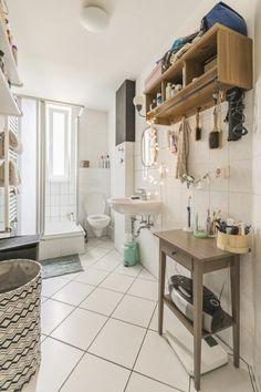 Schönes Geräumiges Altbau Badezimmer Mit Hellem Fliesenboden Und Schönen  Holzregalen An Der Wand. #