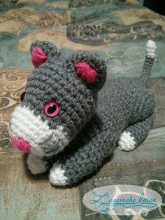 Cet amigurumi (toutou) a été baptisé par ma fille. Elle a tout choisi jusqu'au rose des yeux! On ne peut pas dire qu'il n'est pas à son goût... Dire, Dinosaur Stuffed Animal, Crochet Hats, Toys, Animals, Amigurumi, Crochet Diagram, Crochet Ideas, Gray And White Cat