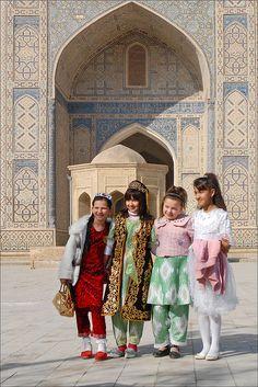 Navrouz à Boukhara (Ouzbékistan)    Navrouz (nouveau jour en farsi) est la fête du Printemps, elle est  célébrée le 21 mars dans de nombreux pays d'Asie centrale. Interdite à l'époque soviétique, elle existait pourtant avant l'Islam  et marque la nouvelle année.Les jeunes filles portent à cette occasion leurs costumes  traditionnels, toujours très colorés.