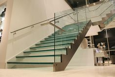 EeStairs staircase with glass balustrades and treads