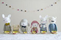Partage de beaux tutos d'amigurumi, ces petits bonhommes en crochet japonais. Des amigurumis de Tournicote à cloche pied, des tutos anglais, des conseils...