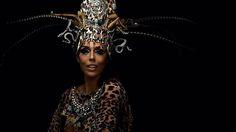 """Na contagem regressiva para o #BailedaVogue e para o #Carnaval2017 a @theparadise.rio marca eleita um dos novos talentos do último @veste.rio apresenta uma coleção inédita de acessórios para a folia. @thomazazulay e @patrickdoering se uniram a @solazulay_ na criação dos itens handmade repletos de cristais e pluma: """"A ideia foi dar tridimensionalidade às estampas da marca"""" comentou Thomaz. Para apresentar a boa nova que aterrissa na próxima terça-feira (14.02) na @viaflores no Rio de Janeiro…"""