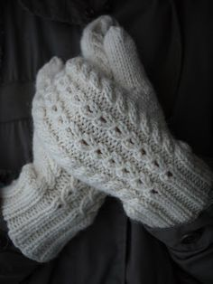 Pehmeitä paketteja: Hertta-lapaset Knitted Mittens Pattern, Knit Mittens, Knitting Socks, Scarf Display, Crafts To Do, Fingerless Gloves, Arm Warmers, Crochet, Hats